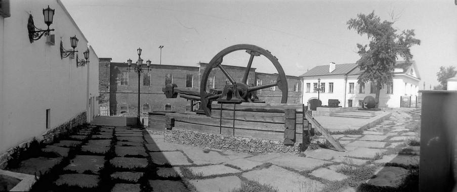 Музейный дворик, общий вид. На первом плане – листопроковочный молот в экспозиции «Техника уральских заводов».