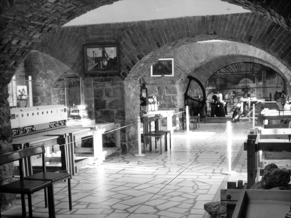 Экспозиция «История промышленной техники Урала» в малом зале музея в 1980-х годах.