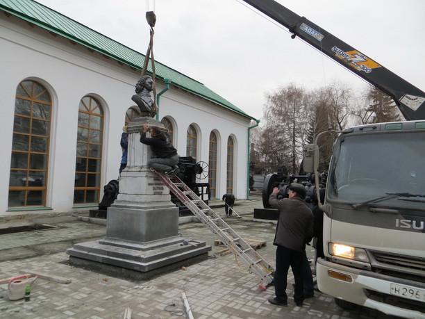 Установка памятника Петру I перед зданием Музея. 2013 год.