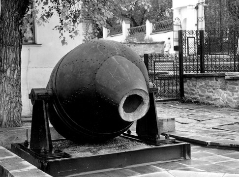 Музейный дворик, модель бессемеровского конвертера в экспозиции «Техника уральских заводов».