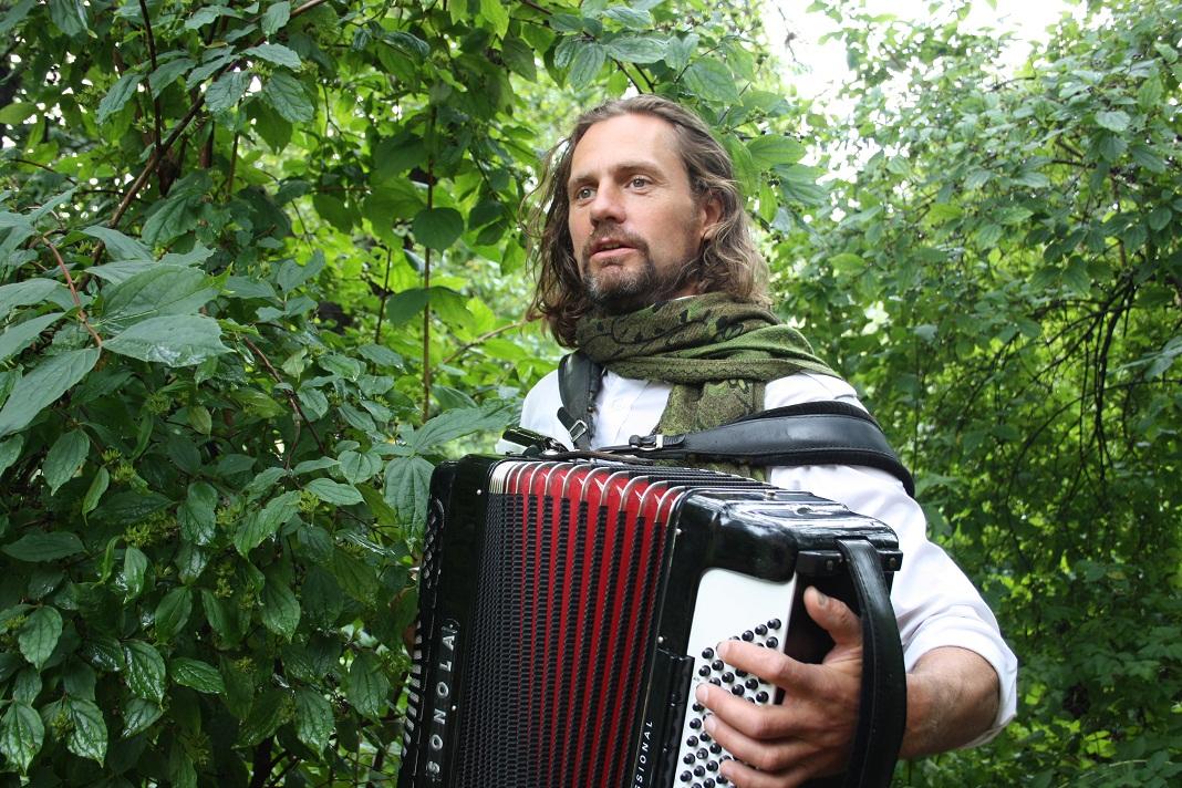 Marius musiker, trekkspill i JOsefines g