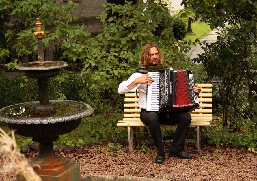 Marius, trekkspill i hagen til Erika, Jo