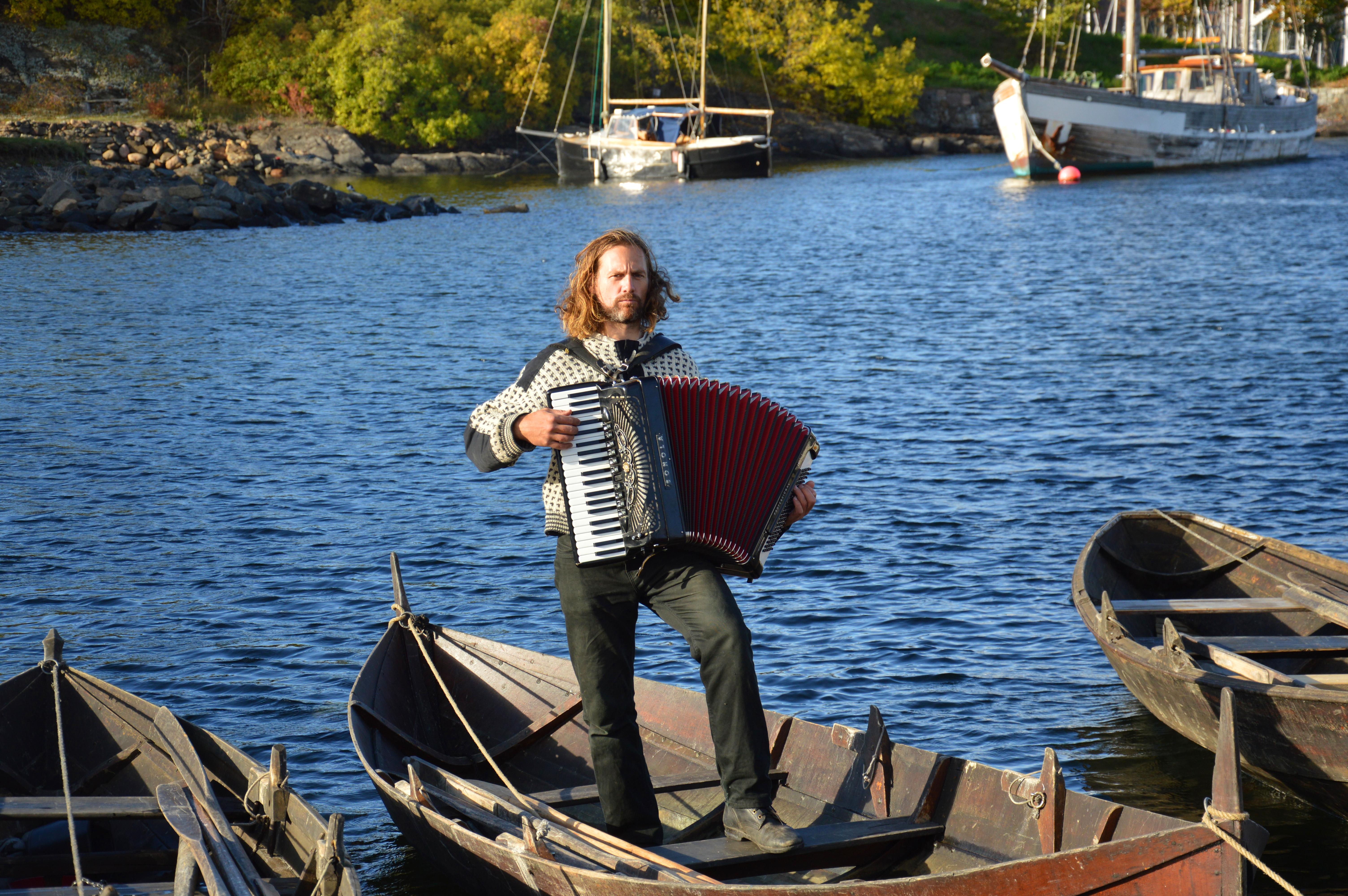 ÅRETAK_-_Marius_musiker_i_båten