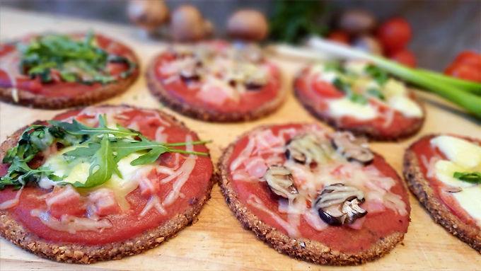 Knusprige Low Carb Mini-Pizza mit Nussboden 🍕