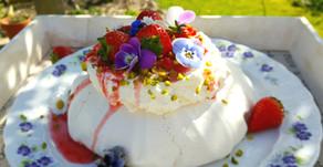 Wolkentraum zum Muttertag: Pavlova mit Rhabarber und Erdbeeren 💕