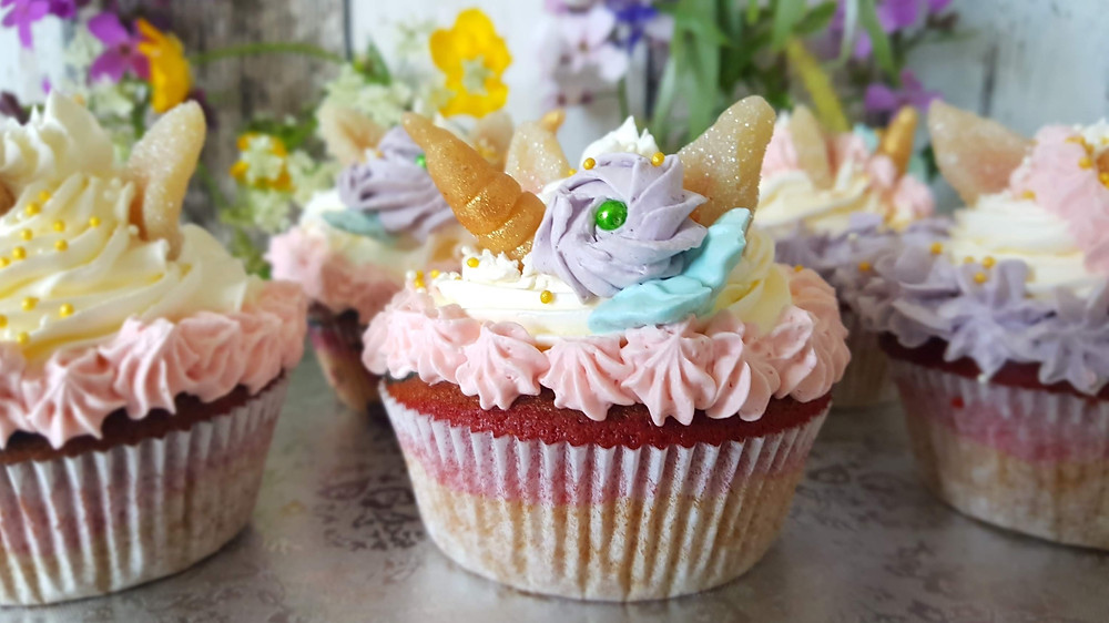 Regenbogen-Cupcakes, Einhorn-Cupcakes, Einhorn, Regenbogen, Cupcakes, Wunderkuchen, Wunderkuchenteig, Marzipan, Swiss Meringue, Buttercreme, Kuestencookie, Küstencookie
