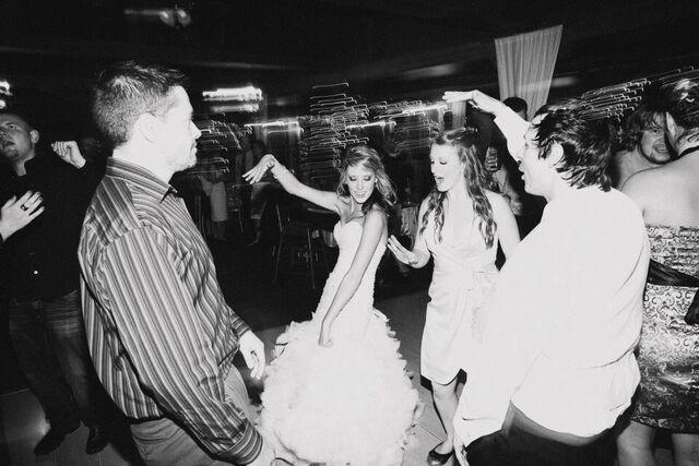 Pic_B_W_Dancing_Crowd_w_-cQ9whurCLYBuiMzSSXd9C2pYewi6-4KxmPNKy-Rs