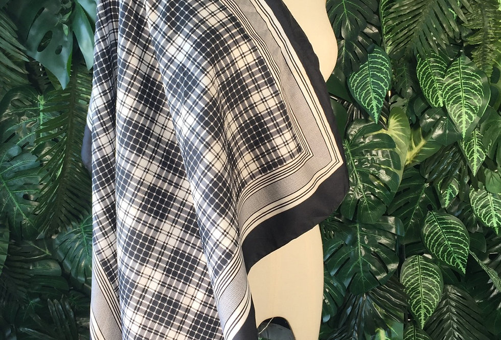 Monochrome plaid scarf