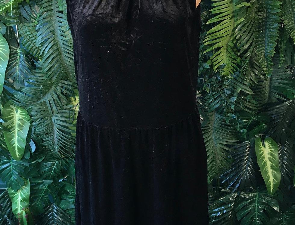 Sleeveless Black Velvet Dress (8/10)