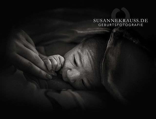 Wochebettfotografie und natürliche Neugeborenenfotografie München | Susanne Krauss