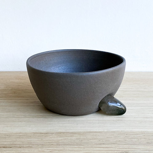 Bowl with quartz stone