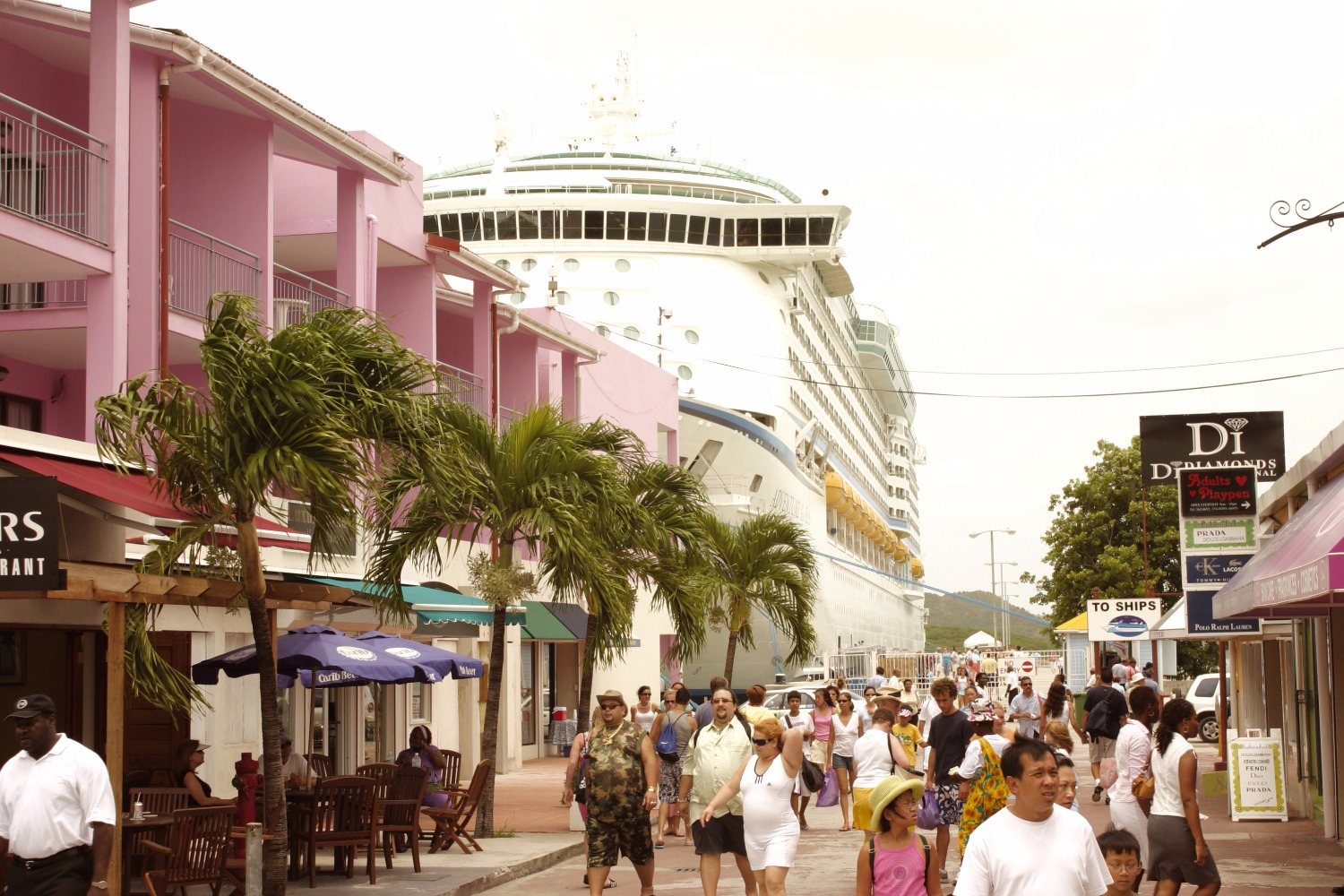 ant-270-tourists-from-cruise-ship-in-st-joihns-1_edited