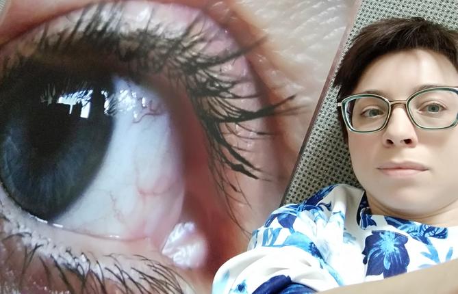 ich neben meinem überdimensionierten Auge