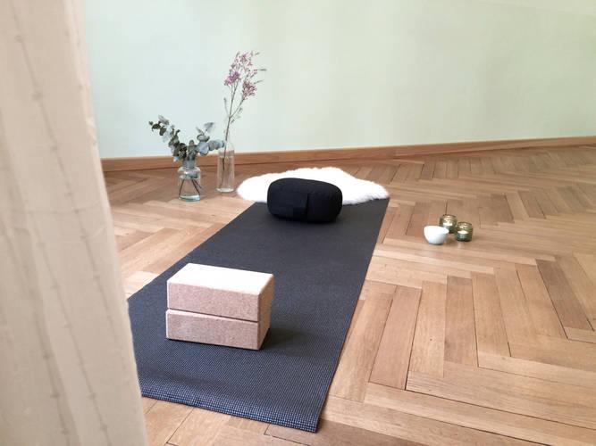 yogamatte mit utensilien