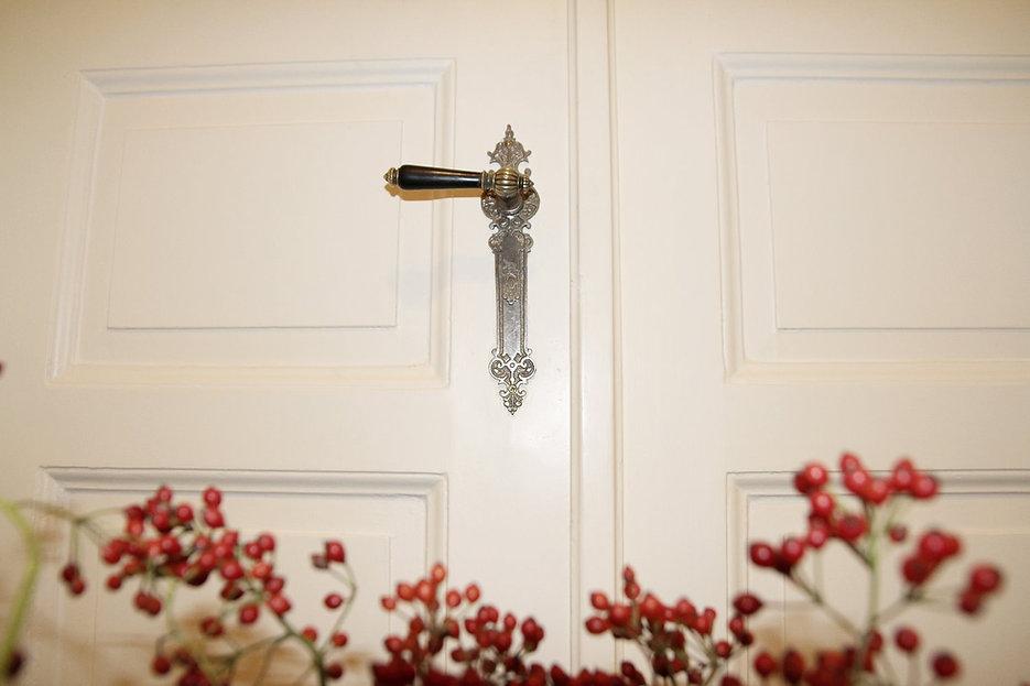 Weiße Tür mit verziertem Türgriff