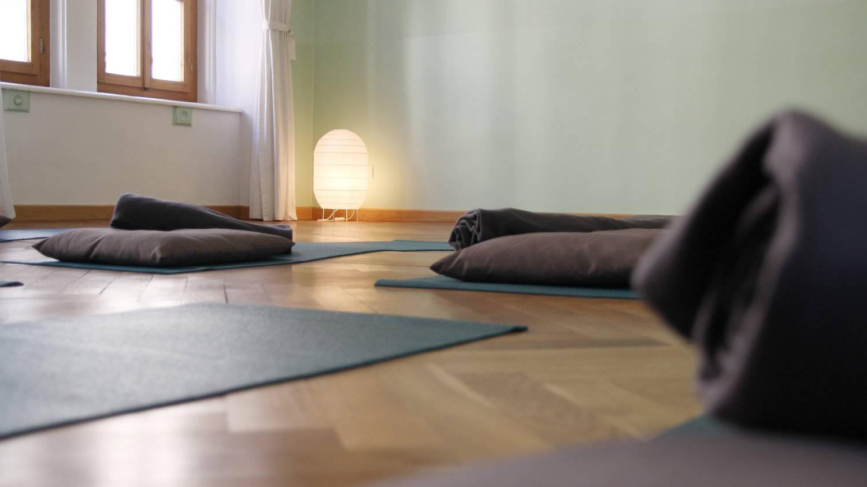 yogamatten verteilt im raum
