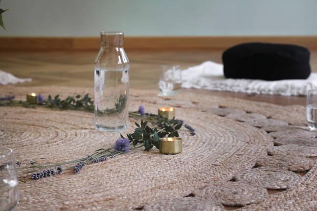 Meditationskissen und Blumen