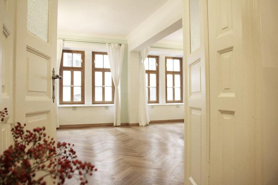 Offene Tür die in einen großen, hellen Raum führt.