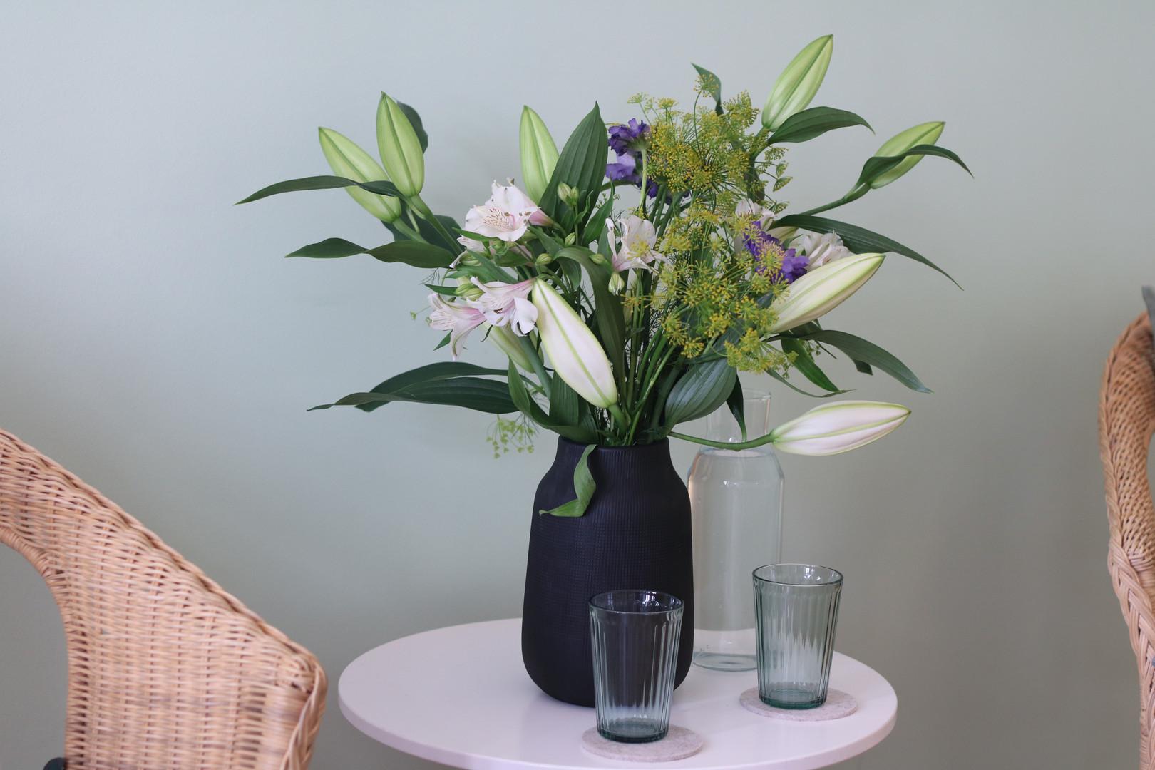 Blumenstrauß und Wasserglaeser