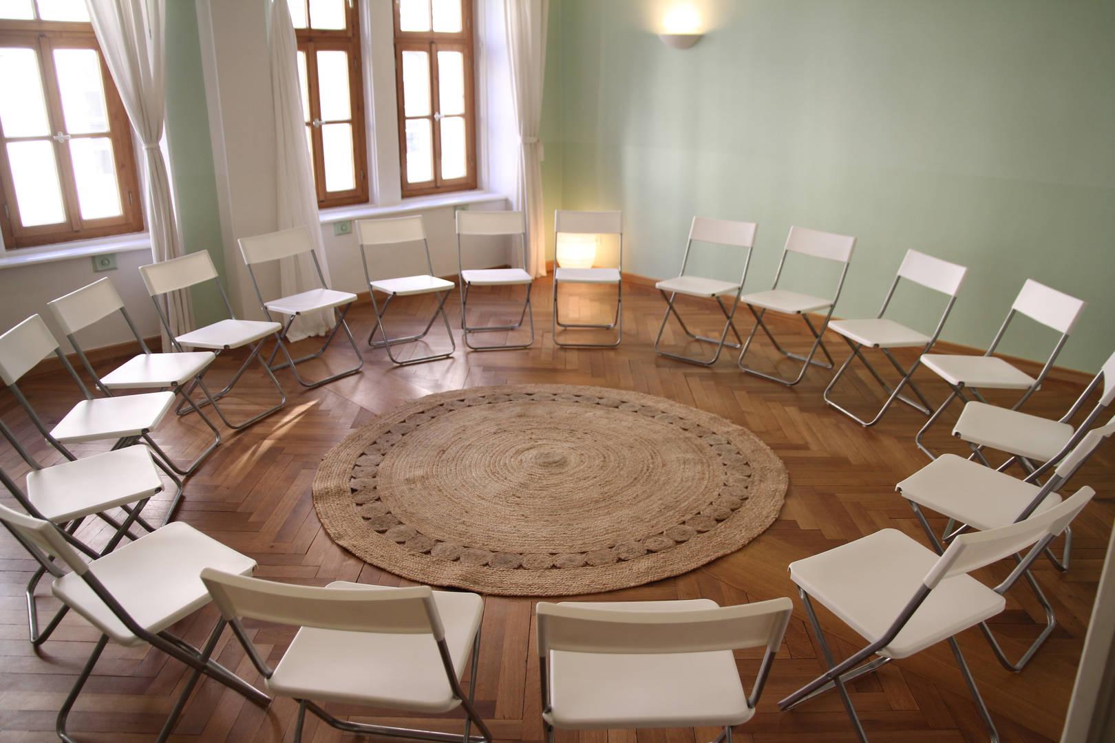 Stühle im Kreis aufgestellt