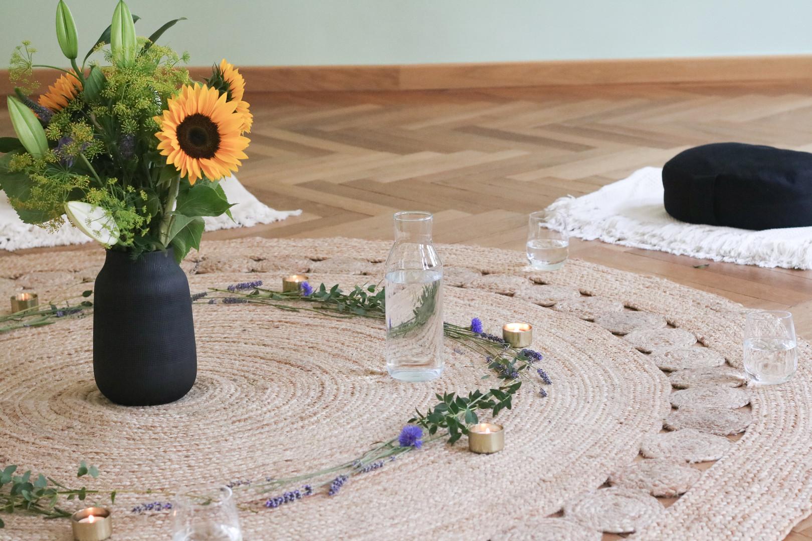 Teppich mit Meditationskissen und Blumen