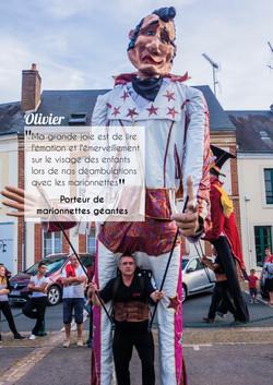Olivier, porteur de marionnettes