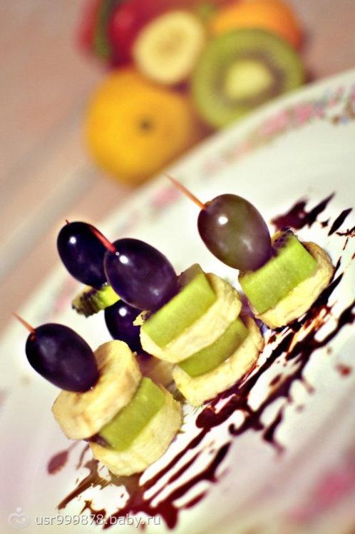 Канапе с виноградом,киви и бананом  1шт.