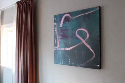 Miljöbild med målningen Like they´re dancing with us