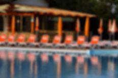 מיטות שיזוף לשפת הבריכה