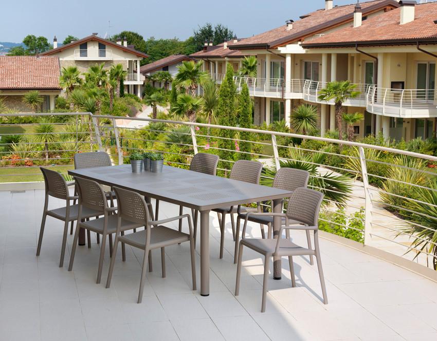ריהוט גן - כסאות פלסטיק, שולחן גן משולב אלומיניום ופלסטיק