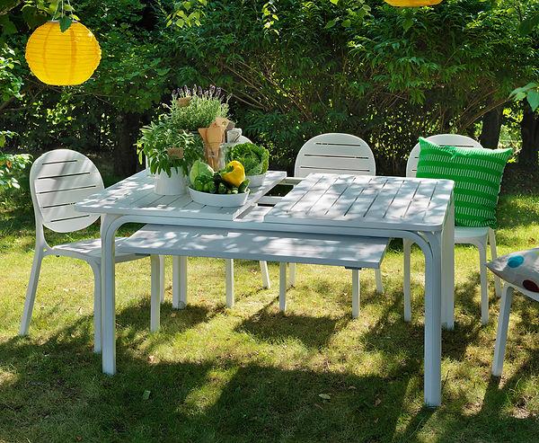 שולחן גן להגדלה וכסאות ביסטרו נערמים