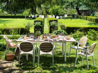 ריהוט גן בסגנון עתיק - אופנתי: גם בגינה שלנו?