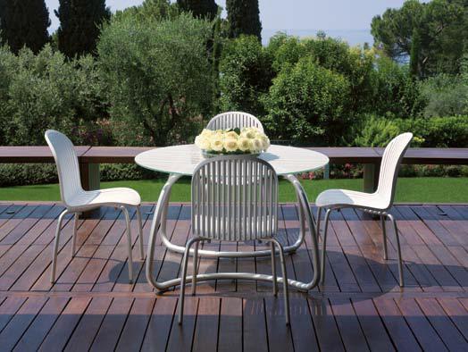 """שולחן """"לוטו"""" כסאות """"נינפאה"""" מבית נרדי איטליה"""