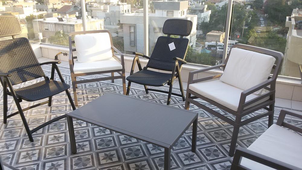 ריהוט למרפסת נרדי איטליה - משתלב מצויין במרפסת המרוצפת בסגנון וינטג'
