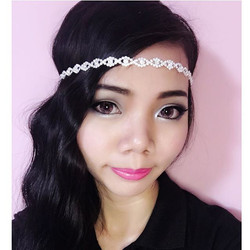Flapper make up with wavy curl