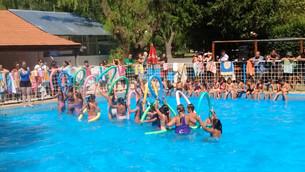 La colonia de verano realizo una exhibición de natacion