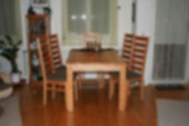 Holztisch und Holzsitze gepolstert
