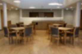 Seniorenwohnheim Sessel Tisch Holz