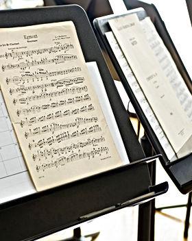 müzik standı üzerindeki notalar
