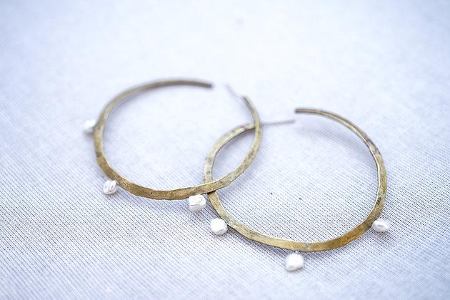 Argollas con perlas de rio