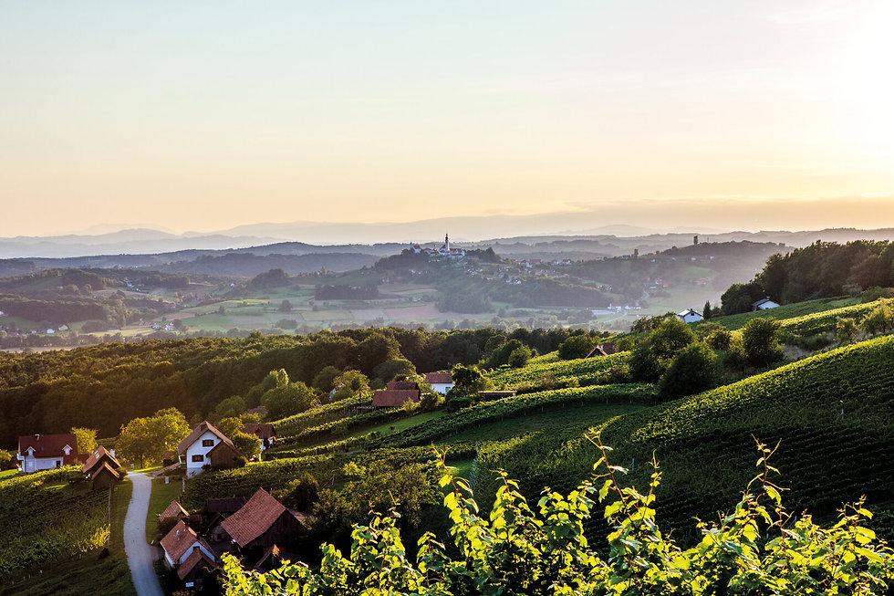 Blick auf den Kirchenberg in Straden.  ©