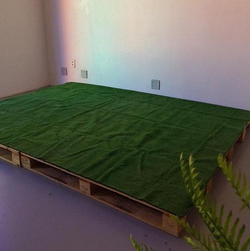 Palco de Pallet com Grama Sintética (2,60m x 1,80m)