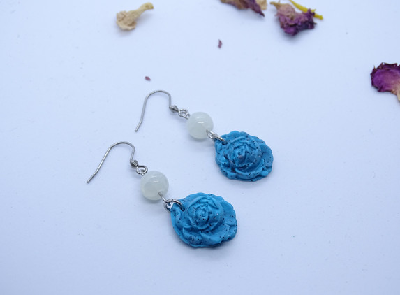 blue-roses-polymer-clay-earrings
