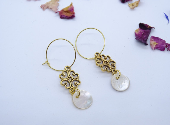 hoop-earrings-with-golden-flower-and-small-shell