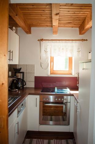 Die kleine Küche ist voll ausgestattet: