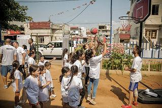 Billede 2_børn samles om en basket hoop.