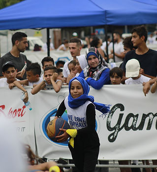 Billede 3_pige spiller basket.jpg