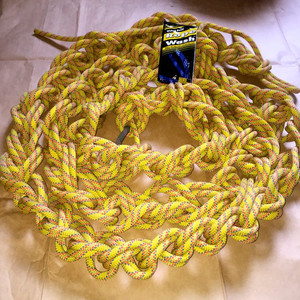 先將主繩打成鬆散的麻花結