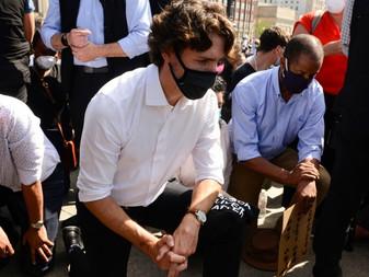 Primer ministro canadiense, Justin Trudeau, se arrodilla en solidaridad con manifestantes que protes
