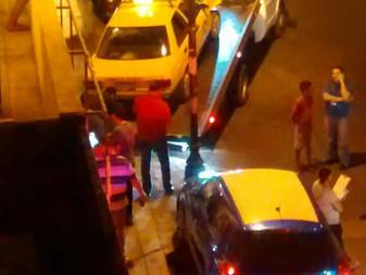 Taxista pierde el control de su unidad y se impacta contra vehículos estacionados